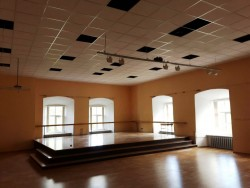 Ceiling mounting of assembly hall in elementary school of Straupe